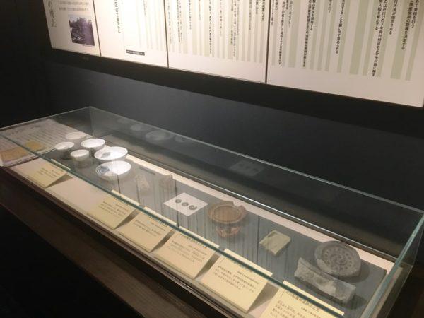 発掘時に発見された生活用品なども展示
