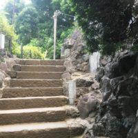 階段途中に設けられた富士塚入り口