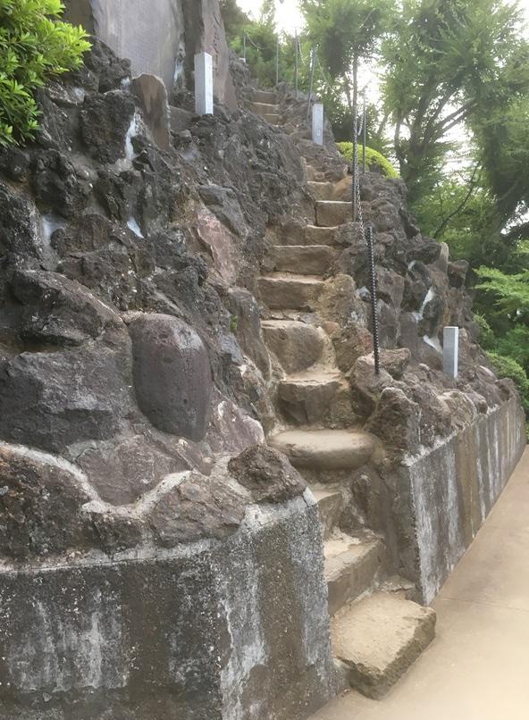 昇りごたえのある富士塚