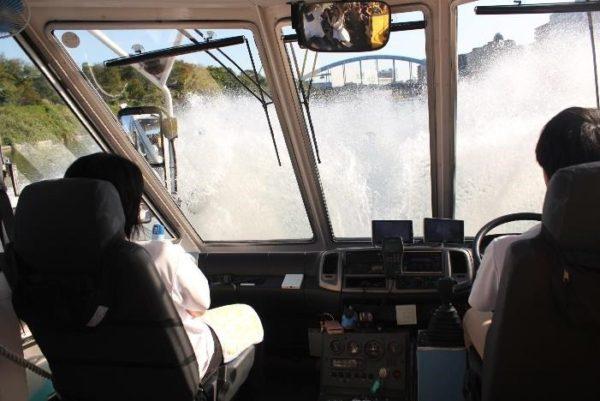 水しぶきを上げてバスが川の中へ