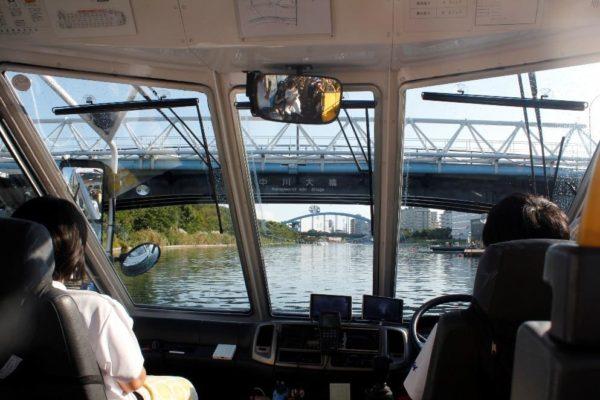 船としてすいすい水辺を移動するバス
