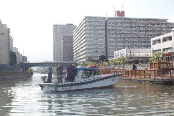 海上警察の船とすれ違い