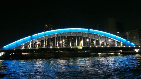 永代橋は屋形船をギリギリのところを通過する