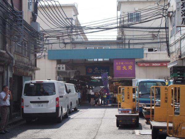 運搬用の車が走り回る築地市場