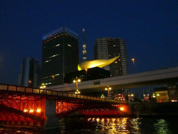 アサヒビール社屋との夜景は、ぜひ屋形船のデッキから写真に収めたい