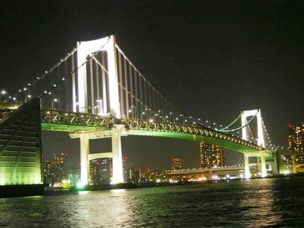 ライトアップされた橋と夜景