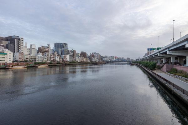 花火大会開催の朝の隅田川