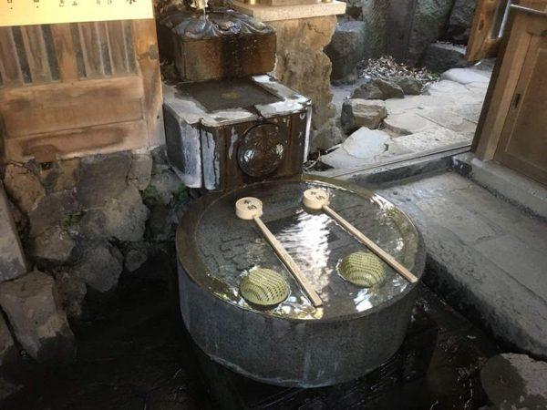 阿那稲荷神社でお金を洗う